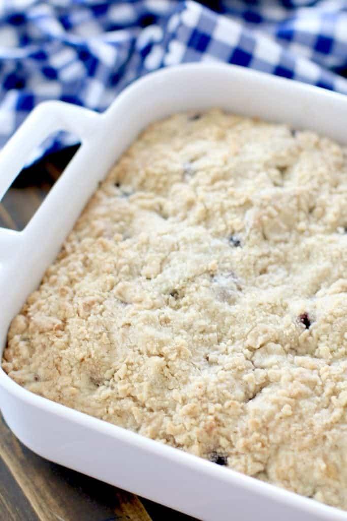 gâteau au café à la myrtille et à la boucle dans un plat de cuisson revolver carré de 9 pouces