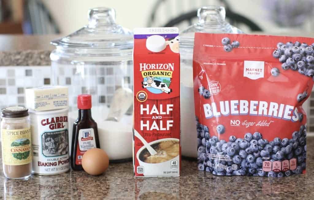 bleuets surgelés, moitié-moitié, farine tout usage, sucre, levure chimique, œuf, extrait de vanille, cannelle