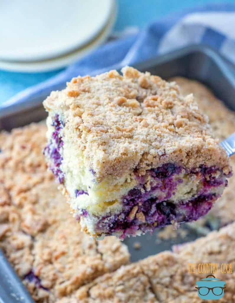 Blueberry Buckle Cake coupé en 12 tranches dans un plat allant au four