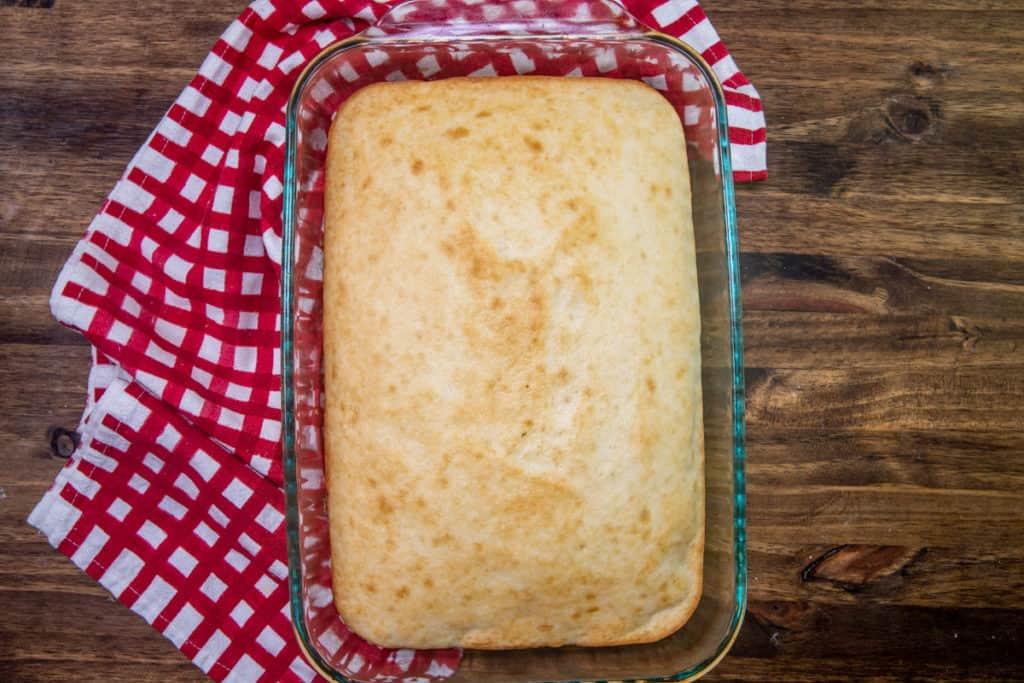 mélange à gâteau blanc préparé dans un plat de cuisson transparent de 9 x 13