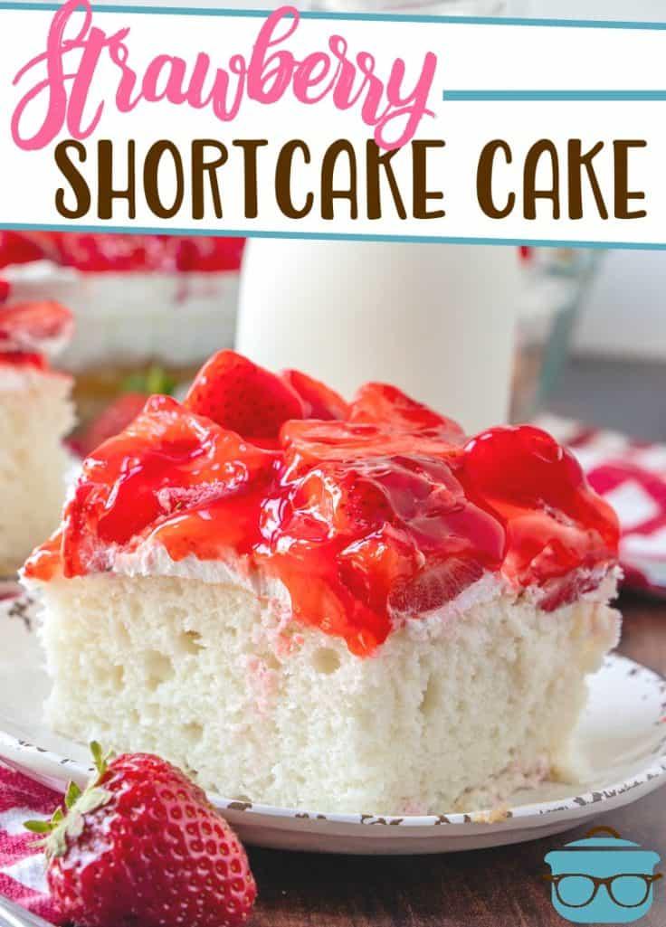 Recette de gâteau sablé aux fraises de The Country Cook, tranche servie sur une assiette blanche avec un verre de lait en arrière-plan
