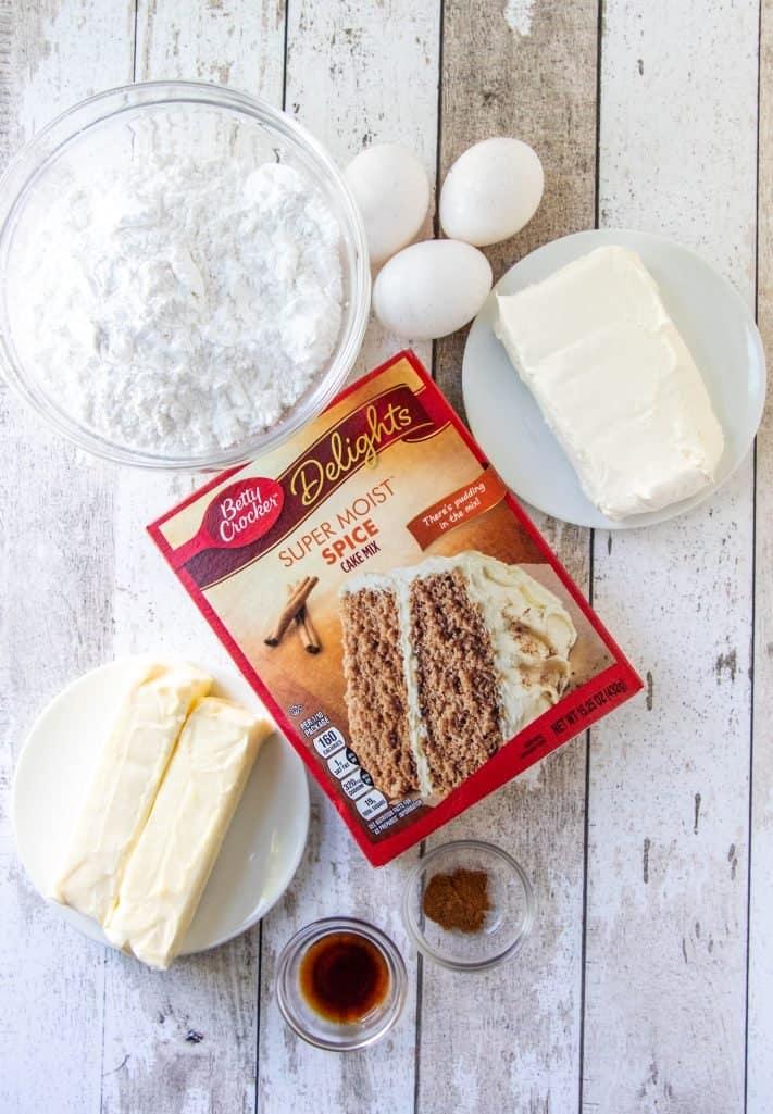 mélange à gâteau aux épices, œufs, bâtonnets de beurre salé, fromage à la crème, extrait de vanille, cannelle moulue, sucre en poudre