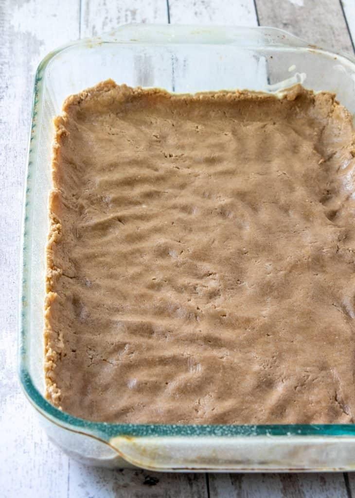 presser le mélange à gâteau dans le fond d'un plat de cuisson transparent