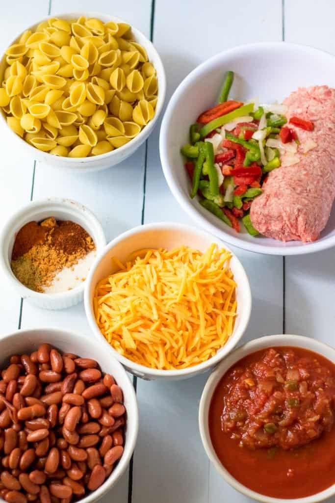 boeuf haché maigre, poivrons et oignons surgelés, eau, sauce tomate, salsa, assaisonnement pour tacos, sel à l'ail, poivre noir, pâtes à la coque, haricots rouges légers, fromage cheddar râpé