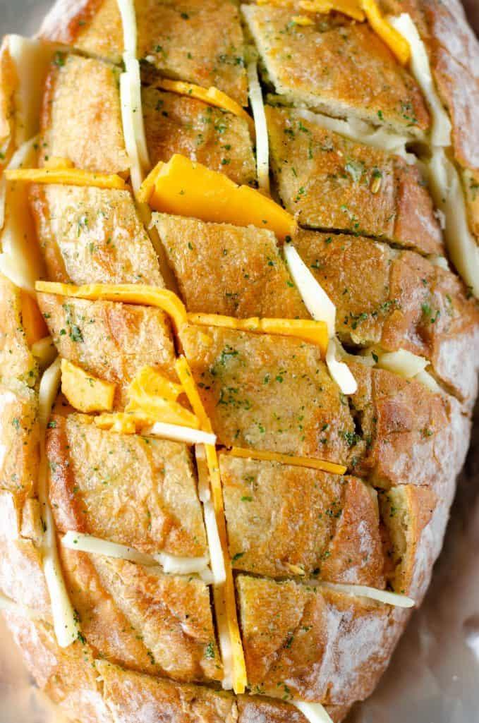fatias grossas de queijo recheado em fatias de pão ciabatta