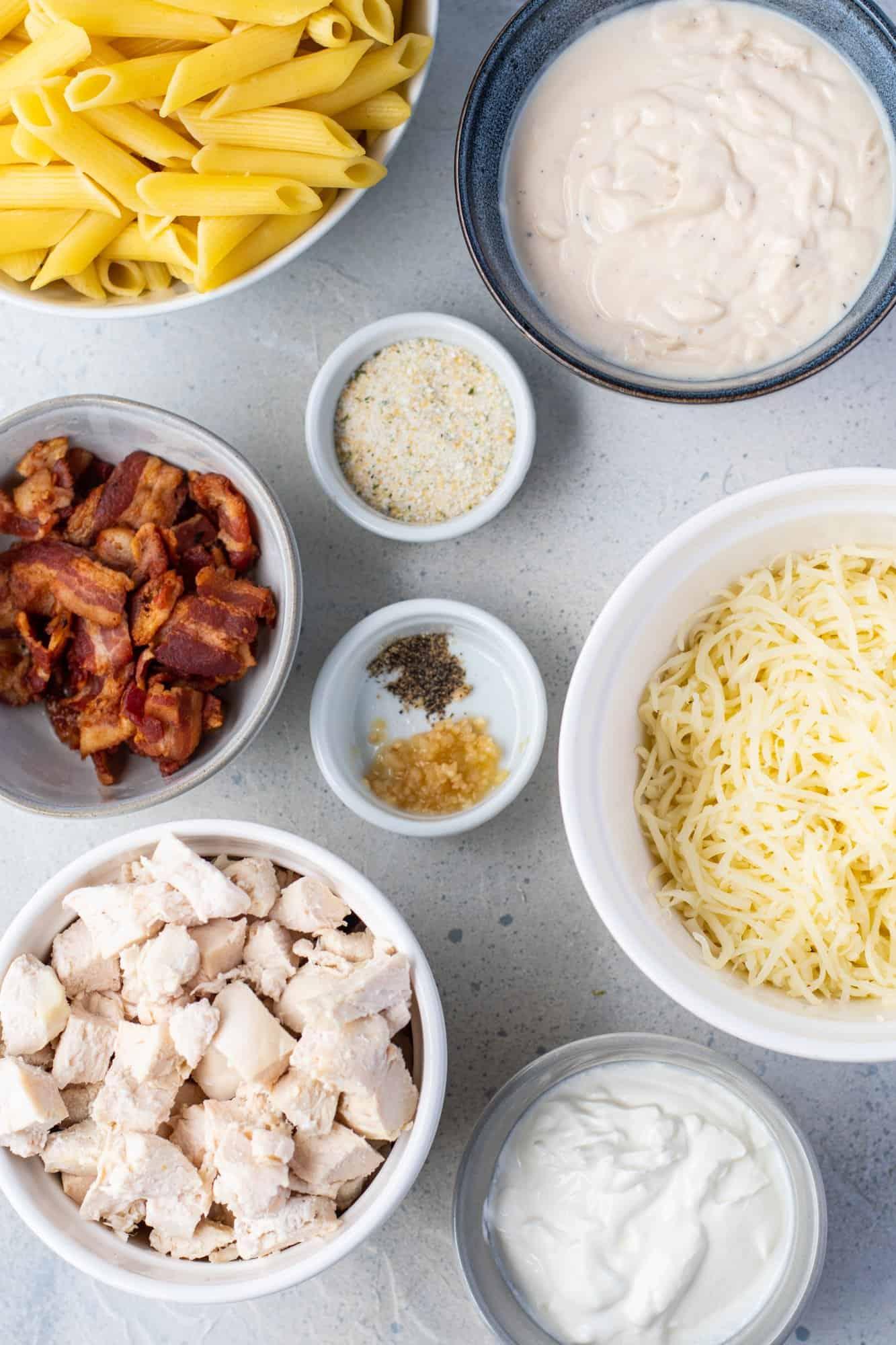 penne pasta, bacon, minced garlic, shredded mozzarella cheese, ranch dressing seasoning mix, black pepper, Alfredo pasta sauce, cooked chicken