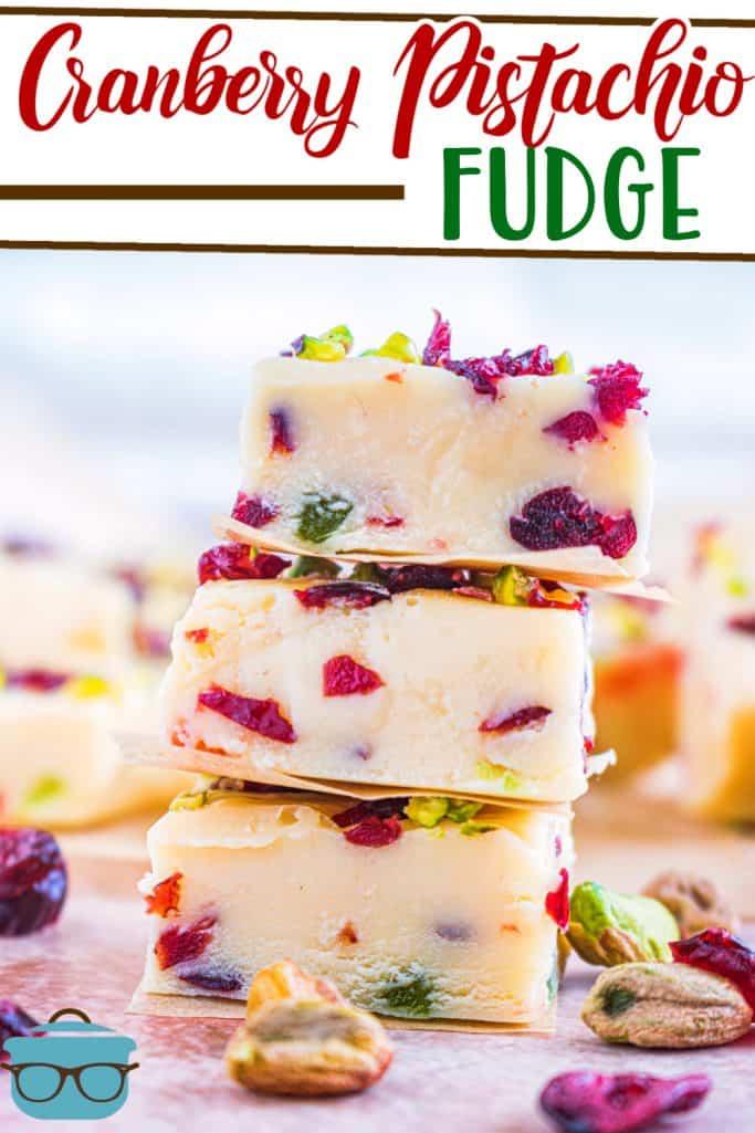 Receita de Fudge de Pistache de Chocolate Branco com Cranberry do The Country Cook, três fatias de fudge empilhadas umas sobre as outras