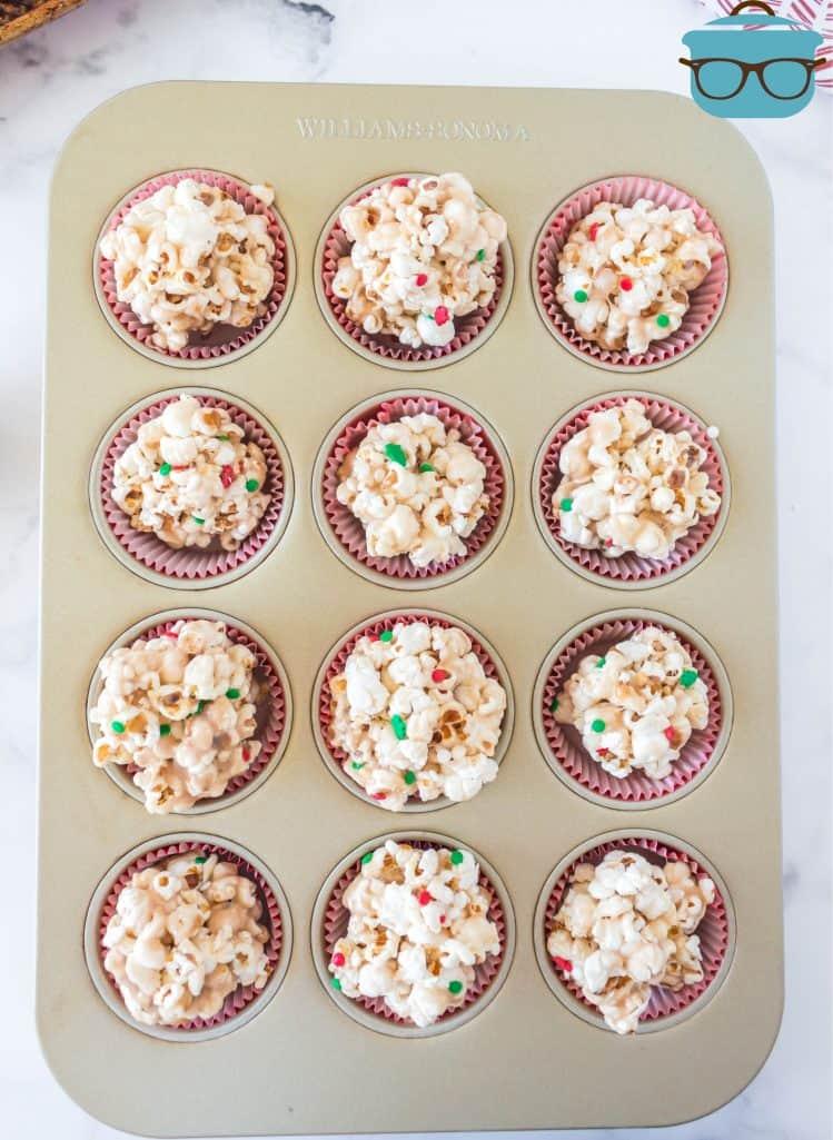 terminei as bolas de pipoca em forros de muffin em uma assadeira de muffin
