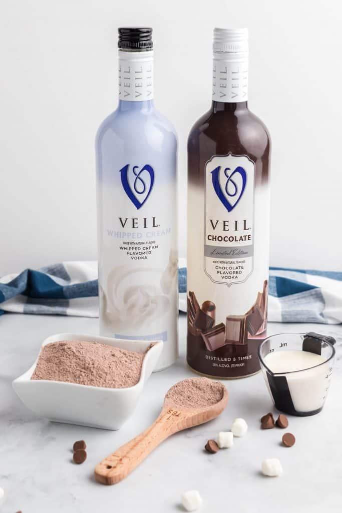 leite, mistura de chocolate quente em pó, vodka de chocolate, vodka de chantilly