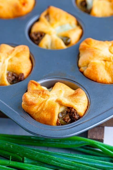 Cups Philly Cheesesteak assados em lata de muffin