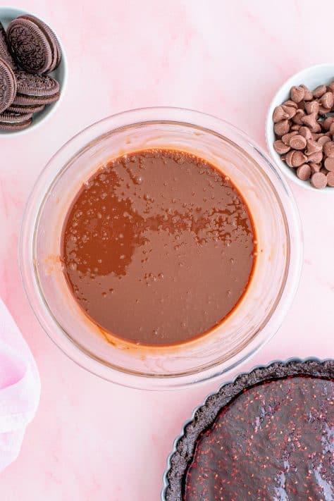 Mistura de gotas de chocolate derretida mexida em ganache