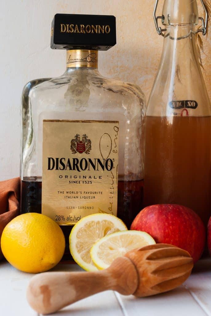 Ingredients needed: amaretto liqueur, lemon juice, apple cider and ice.