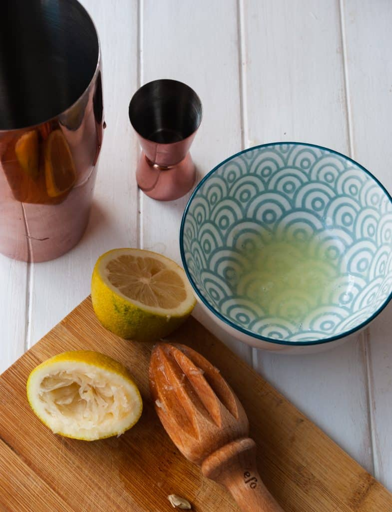 Squeezed lemon juice in to bowl.